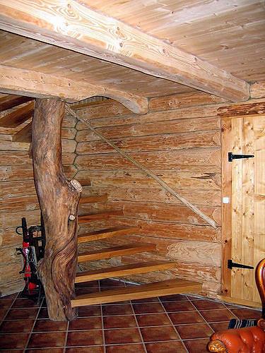 מדרגות מעץ אורן
