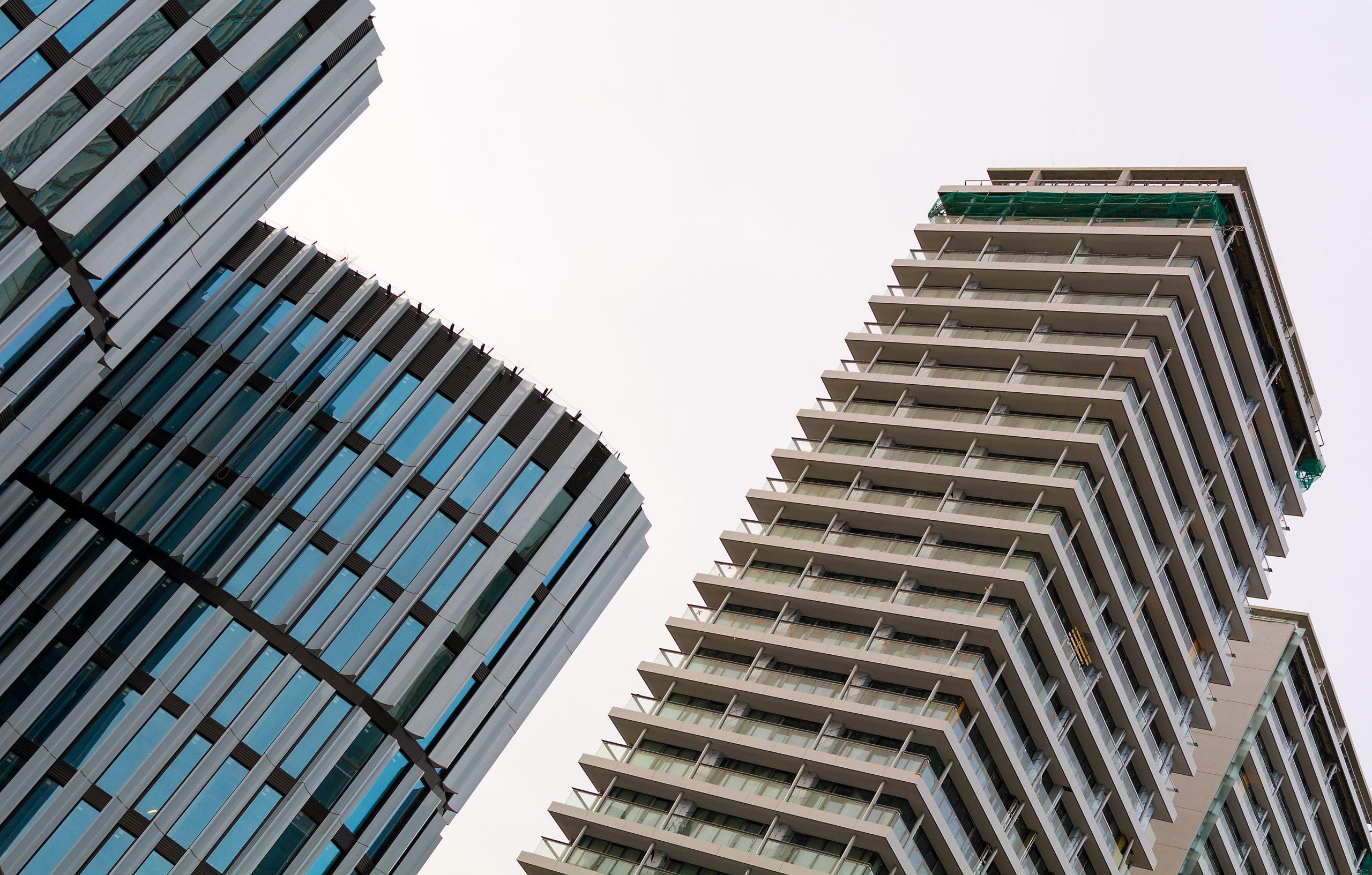 מנקי חלונות מסכנים את חייהם כדי לשמור על העיר נקייה